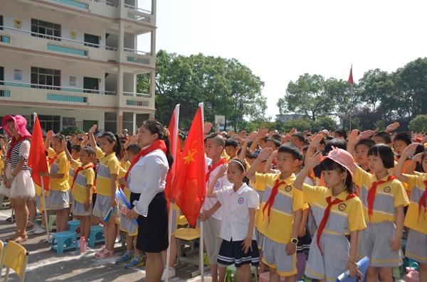 少先队员出旗敬队礼-株洲石峰区曙光学校 我们的节日 端午 活动纪实
